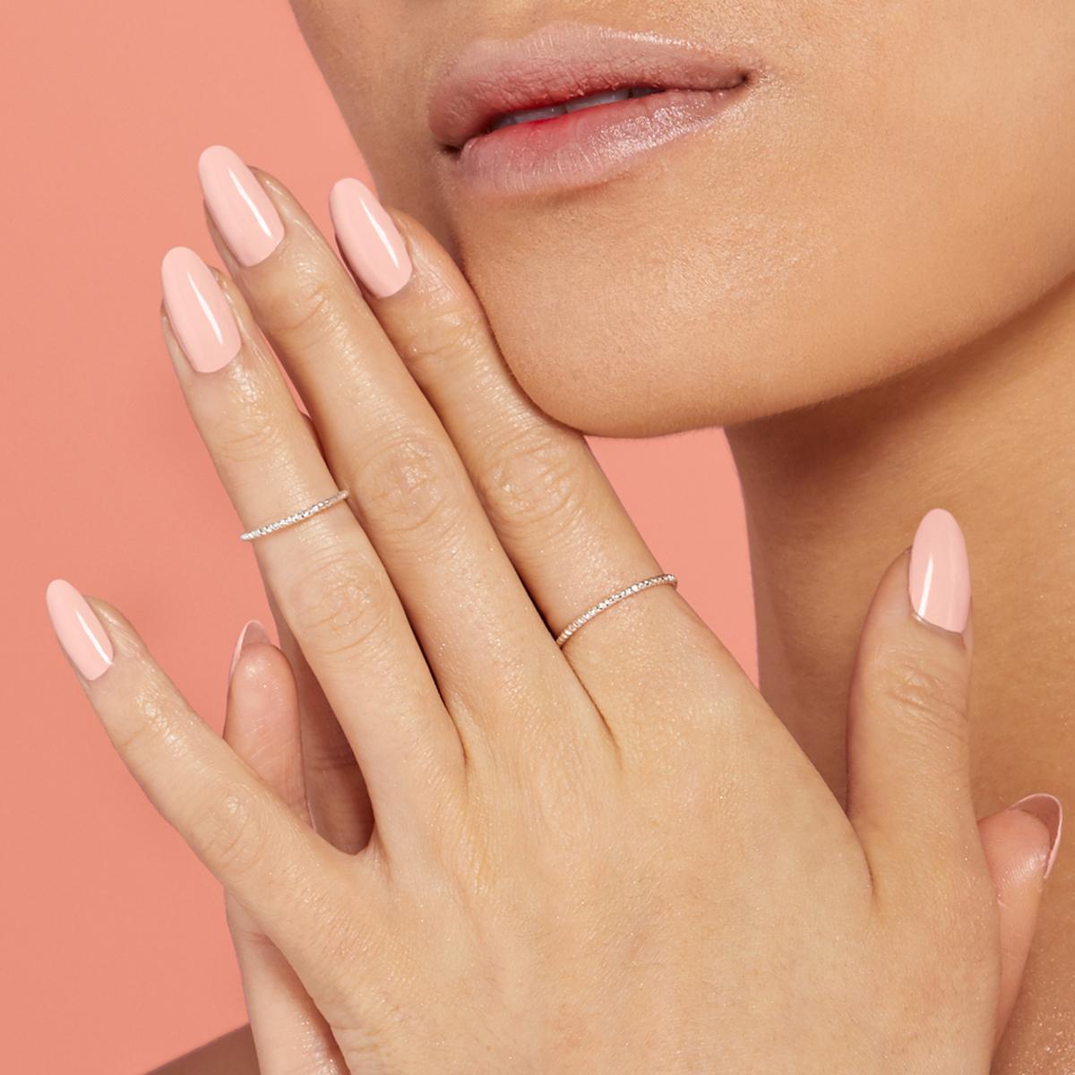 Frau mit lackierten Nägeln