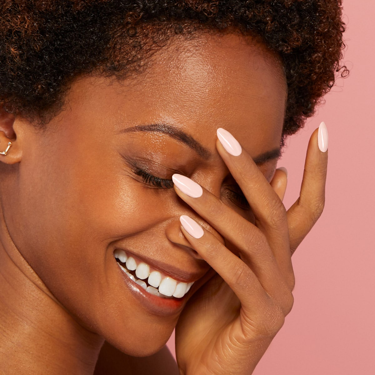 Lachende Frau mit lackierten Nägeln